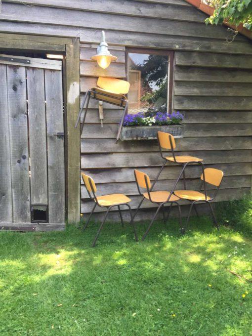 bruin frame stapelbare industriele kantine stoelen vintage retro _GoodStuffFactory