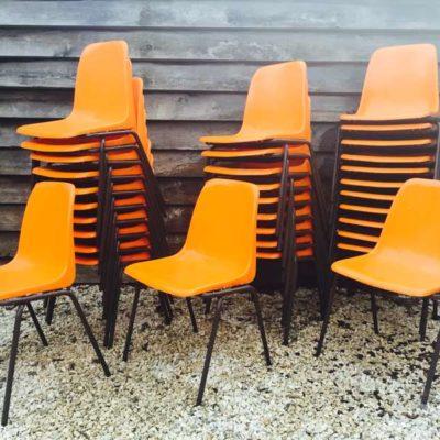 Tubax maakte destijds ook stoelen met plastic zitvlak. Deze zijn van eind jaren '70 Onze oranje stapelstoelen 'springen er uit'. Leuk voor de pop-up of een good-looking terras! 30 stuks beschikbaar.