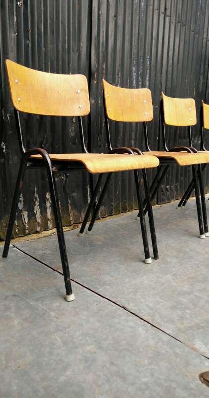 sedie industriali con telaio nero - The Good Stuff Factory