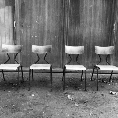 chaises stoelen v vorm zwart frame horeca barista brasserie koffiebar vintage retro FORMICA GoodStuffFactory
