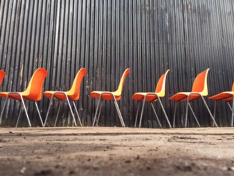 Mooie oranje kuipstoelen ideaal voor terras the good stuff factory