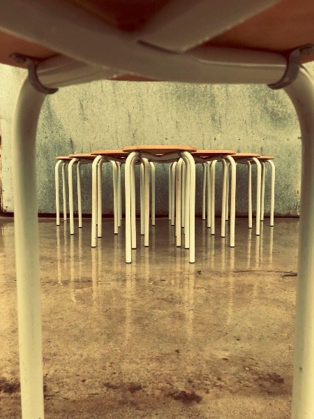 witte krukken tabourets vintage cafe resto horeca_thegoodstufffactory_be
