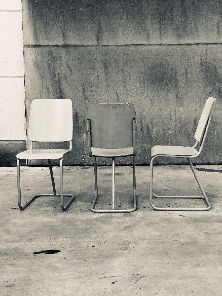 Vintage beuken grijs stoelen industrial design_thegoodstufffactory_be