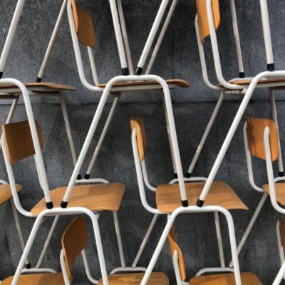 white witte blanches chaises stoelen stolar vintage retro horeca The good Stuff Factory